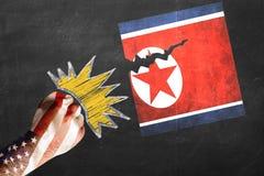 De V.S. versus Noord-Korea - grafisch concept Vuist met de vlag die van de V.S. wordt verfraaid afstraffing en tearing vlag die v royalty-vrije stock foto