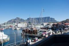 De V&A-Waterkant in Cape Town met Lijstberg in backg Stock Foto