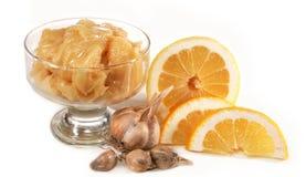 De vaas met honing, het knoflook en de citroenen zijn geïsoleerda Royalty-vrije Stock Fotografie