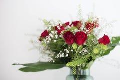 De vaas van bloemen rode rozen op witte achtergrond dankt u en het ontwerpruimte van de liefdekaart voor tekst Stock Fotografie