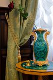 De vaas van de antiquair bij een venster Stock Foto