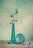 De Vaas van het glas met rode bessen royalty-vrije stock fotografie