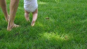 De vader bevordert baby het leren te lopen stock footage