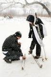 De vader, de dochter en de skis. Stock Fotografie