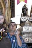 De vader draagt heilig beeld van Domingo en dochter stock foto