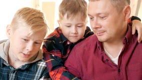 De vader is een zoon van de timmermansworkshop Vriendschappelijke familie binnen stock video