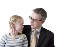 De vader en de dochter kijken tegen elkaar Royalty-vrije Stock Foto