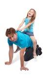 De vader en de dochter spelen paard-rit Stock Foto