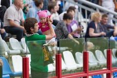 De vader en de dochter zijn ventilators van een voetbalteam Stock Afbeeldingen