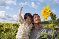 De vader en de jongen met zonnebloem Royalty-vrije Stock Fotografie