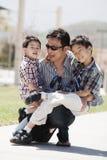 De vader en de zonen hebben pret stock foto's