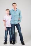 De vader en de zoon bevinden zich in een greep stock foto