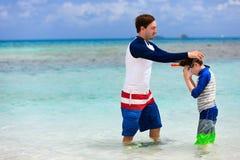 De vader en de zoon gaan snorkelend Stock Fotografie