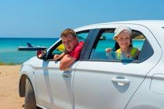 De vader en de zoon gingen naar het overzees in een auto Stock Foto