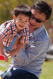 De vader en de zoon hebben pret Royalty-vrije Stock Foto