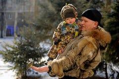 De vader en de zoon kwamen aan het park in de winter Royalty-vrije Stock Foto