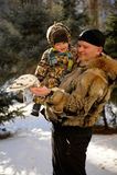 De vader en de zoon kwamen aan het te voeden park titmouses en duiven Stock Afbeeldingen