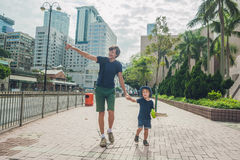 De vader en de zoon lopen rond Hong Kong Het reizen met chil Stock Foto