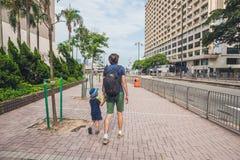 De vader en de zoon lopen rond Hong Kong Het reizen met chil Stock Foto's