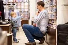 De vader en de zoon maken het winkelen Stock Afbeelding