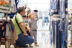 De vader en de zoon maken het winkelen Royalty-vrije Stock Foto's