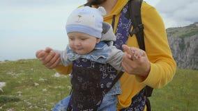 De vader en de zoon reizen samen De paus vervoert zijn jonge zoon stock footage