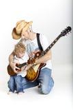 De vader en de zoon spelen samen gitaren Royalty-vrije Stock Afbeeldingen
