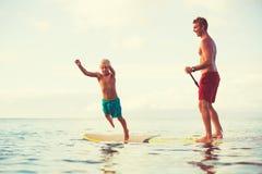 De vader en de Zoon staan op paddelend Royalty-vrije Stock Fotografie