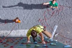 De vader en de zoon voeren snelheid uit beklimmend relaisrace royalty-vrije stock afbeeldingen