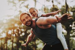 De vader en de Dochter hebben Pret Openlucht in Park royalty-vrije stock afbeelding