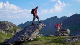 De vader en de dochter reizen in de bergen stock videobeelden