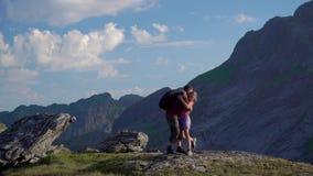 De vader en de dochter reizen in de bergen stock footage