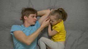 De vader en de dochter spreken stock video