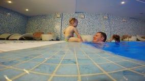 De vader en zijn dochter spelen in de pool stock videobeelden