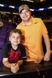De vader en de zoon brengen samen tijd door Stock Foto