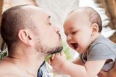 De vader en de zoon brengen samen tijd door Ouder-kind verhouding D stock foto's