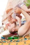 De vader en de zoon brengen samen tijd door Ouder-kind verhouding D stock fotografie