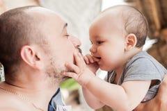 De vader en de zoon brengen samen tijd door Ouder-kind verhouding D royalty-vrije stock afbeelding