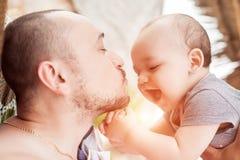 De vader en de zoon brengen samen tijd door Ouder-kind verhouding D royalty-vrije stock foto