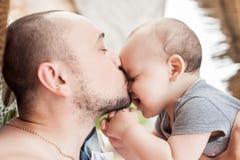 De vader en de zoon brengen samen tijd door Ouder-kind verhouding D stock afbeeldingen