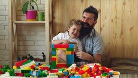 De vader en de zoon hebben prettijd Jongen en gebaard mensenspel samen Familie en kinderjarenconcept Vader en zoon met gelukkig stock videobeelden
