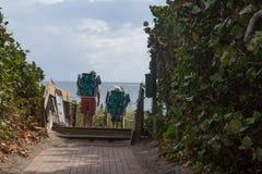 De vader en de zoon leidden aan het strand op een zonnige dag royalty-vrije stock afbeelding