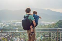 De vader en de zoon op Hoge mening van Phuket-Meningspunt belden Heuvel in Phuket Thailand stock afbeeldingen