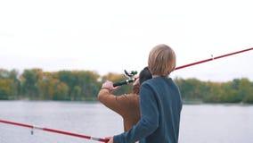 De vader en de zoon vissen stock video