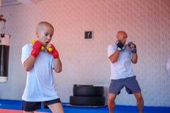 De vader en de zoon zijn bezig geweest met de gymnastiek royalty-vrije stock afbeeldingen