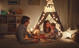 De vader en de zoons het spelen van de familiemoeder samen in kinderen ` s pl royalty-vrije stock foto's
