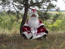 De vader Frost mediteert in openlucht stock afbeelding