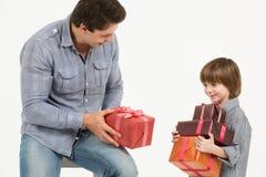 De vader geeft giften stock afbeelding