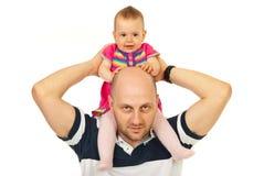 De vader geeft vervoer per kangoeroewagenrit aan baby Stock Foto's