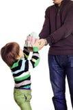 De vader geeft zijn zoon een huisstuk speelgoed Stock Afbeelding